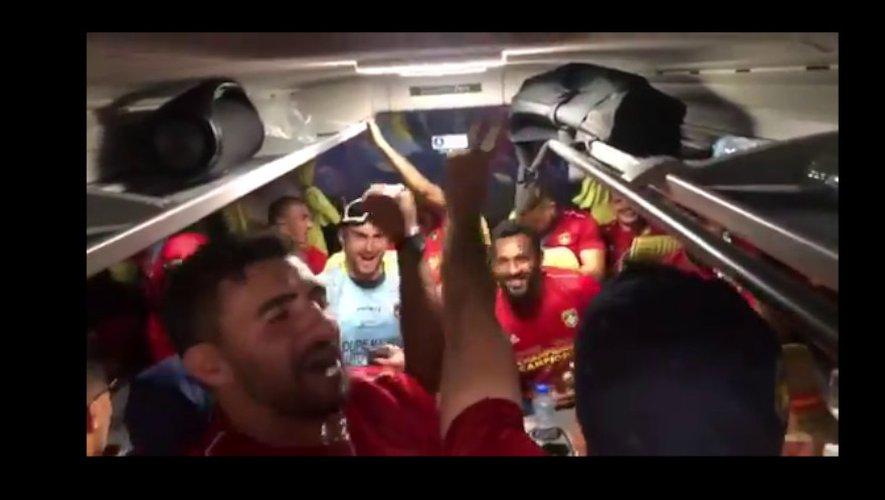 L'USAP en Top 14 ! Ambiance de fête dans le bus des joueurs de l'USAP après leur succès en finale