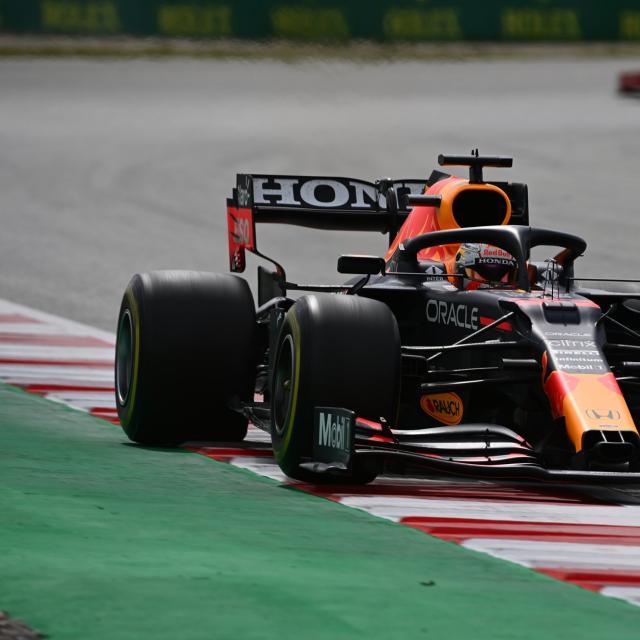 Crash et abandon de Max Verstappen à Bakou, la course arrêtée